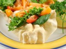 Salat mit einem Pappadum Stockfoto