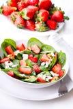 Salat mit Erdbeere Stockfotografie