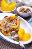 Salat mit in Essig eingelegten Pilzen, Leiste des Huhns, Walnüsse, süß Lizenzfreie Stockfotos