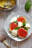 Salat mit Feigen und Ziegekäse Stockbilder