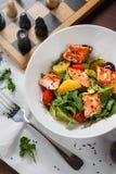 Salat mit Fischen Lizenzfreies Stockfoto