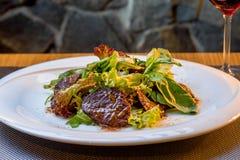 Salat mit Fleisch stockfotos