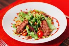 Salat mit Fleisch Stockbild