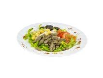 Salat mit Fleisch, Oliven und Tomaten lizenzfreie stockfotografie
