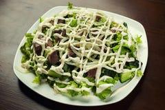Salat mit Fleisch, Pilze und Gurke und Oliven, geschmackvoller Salat I lizenzfreie stockfotografie