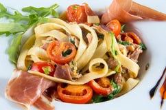 Salat mit Fleisch und Teigwaren Stockbilder