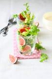 Salat mit frischem ruccola und Feigen Lizenzfreie Stockfotos