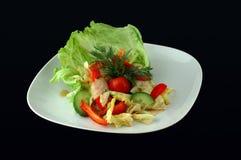 Salat mit frischen Kopfsalatblättern Stockfotografie