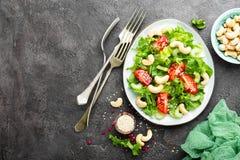 Salat mit Frischgemüse und Nüssen Gemüsesalat mit Frischgemüse und Acajoubaum Gemüsesalat auf Platte Stockfotos