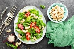 Salat mit Frischgemüse und Nüssen Gemüsesalat mit Frischgemüse und Acajoubaum Gemüsesalat auf Platte Stockbilder