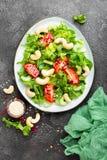 Salat mit Frischgemüse und Nüssen Gemüsesalat mit Frischgemüse und Acajoubaum Gemüsesalat auf Platte Lizenzfreies Stockfoto