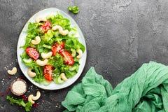 Salat mit Frischgemüse und Nüssen Gemüsesalat mit Frischgemüse und Acajoubaum Gemüsesalat auf Platte Lizenzfreies Stockbild