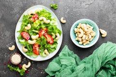Salat mit Frischgemüse und Nüssen Gemüsesalat mit Frischgemüse und Acajoubaum Gemüsesalat auf Platte Lizenzfreie Stockbilder