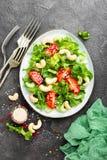 Salat mit Frischgemüse und Nüssen Gemüsesalat mit Frischgemüse und Acajoubaum Gemüsesalat auf Platte Lizenzfreie Stockfotografie