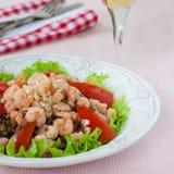 Salat mit Garnele, Tomaten und Linsen Stockfotografie