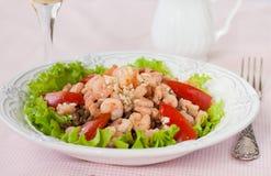 Salat mit Garnele, Tomaten und Linsen Lizenzfreies Stockbild