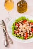 Salat mit Garnele, Tomaten und Linsen Stockfotos