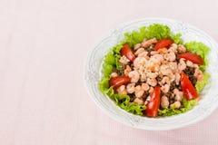 Salat mit Garnele, Tomaten und Linsen Lizenzfreies Stockfoto