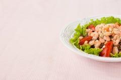 Salat mit Garnele, Tomaten und Linsen Stockbild