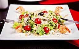 Salat mit Garnele, Tomaten und weißer Soße Lizenzfreie Stockfotografie