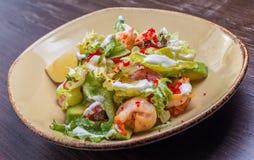 Salat mit Garnele und Kaviar Stockbild