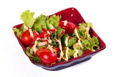 Salat mit Garnelen auf einem weißen Hintergrund Stockfotografie