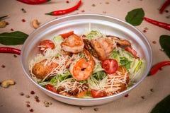 Salat mit Garnelen und Kopfsalat Stockfotos