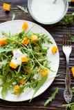 Salat mit gebratenem Kürbis und Jogurt stockfoto
