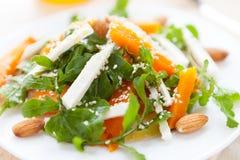 Salat mit gebratenem Kürbis und ruccola lizenzfreie stockfotos