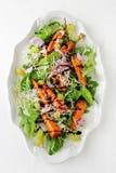 Salat mit gebratenen Karotten stockfotografie