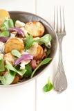 Salat mit gebratenen Kartoffeln und Blauschimmelkäse Lizenzfreies Stockbild