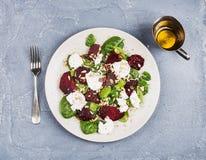 Salat mit gebratenen Rote-Bete-Wurzeln, Spinat, weichem Ziegenkäse und Samen Lizenzfreies Stockfoto