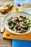 Salat mit gebratenen roten Rüben, grünen Bohnen, Walnüssen und Ziegenkäse Stockfoto