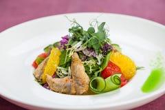 Salat mit gebratener Meeräsche Stockfoto