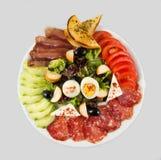 Salat mit Gemüse, Ei, Käse und Wurst Stockbilder