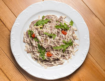 Salat mit Gemüse, Fleisch auf einer Platte Lizenzfreie Stockfotografie