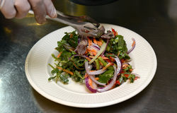 Salat mit Gemüse und Fleisch am 29. September 2016 Stockbild