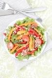 Salat mit Gemüse und Grüns. Stockbild