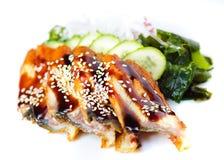 Salat mit geräuchertem Aal mit Unagi-Soße. Lizenzfreies Stockfoto