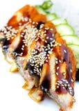 Salat mit geräuchertem Aal mit Unagi-Soße. Stockbild