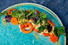 Salat mit geräuchertem Wels, Karotten und Misobehandlung Europäische Küche Die Arbeit eines Berufschefs Teller von einem Restaura lizenzfreies stockfoto