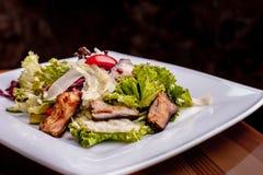 Salat mit ger?uchertem Wels, Karotten und Misobehandlung Die Arbeit eines Berufschefs Teller von einer Restaurant Nahaufnahme stockfotografie