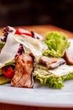 Salat mit ger?uchertem Wels, Karotten und Misobehandlung Die Arbeit eines Berufschefs Teller von einer Restaurant Nahaufnahme lizenzfreies stockfoto