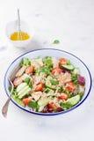 Salat mit Huhn, Gemüse, Bulgur und Olivenöl Lizenzfreie Stockbilder