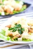 Salat mit Huhn und Birne stockbilder