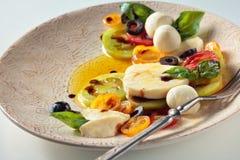 Salat mit italienischem Mozzarella lizenzfreie stockfotos