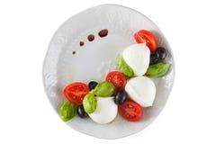 Salat mit italienischem Mozzarella Caprese lizenzfreie stockfotografie