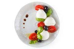 Salat mit italienischem Mozzarella Caprese lizenzfreie stockbilder