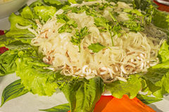 Salat mit Kalmar und in Essig eingelegten Zwiebeln Stockfoto