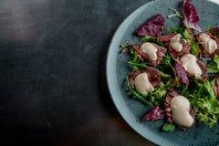 Salat mit kaltem Rindfleisch in der grauen Platte stockbilder